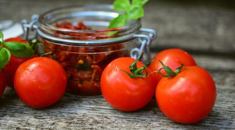 Suszone pomidory w oliwie z ziołami i czosnkiem