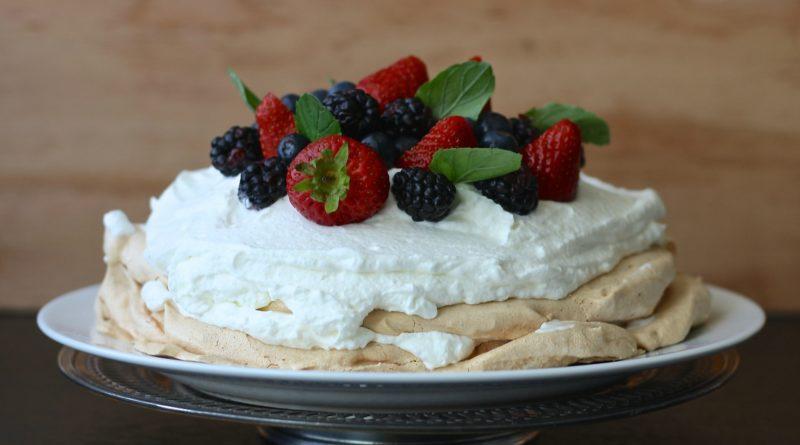 Tort Pavlova z kokosową bitą śmietaną
