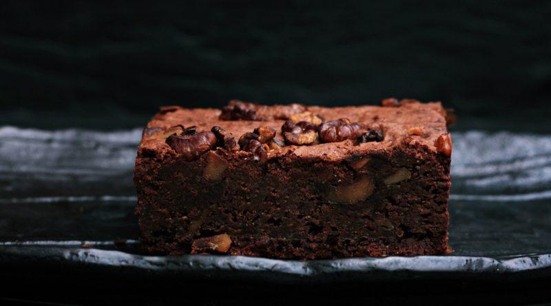 Ciasto czekoladowe z orzechami i rodzynkami