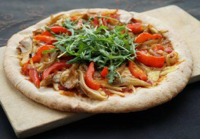 Pizza z czerwoną papryką i boczniakami