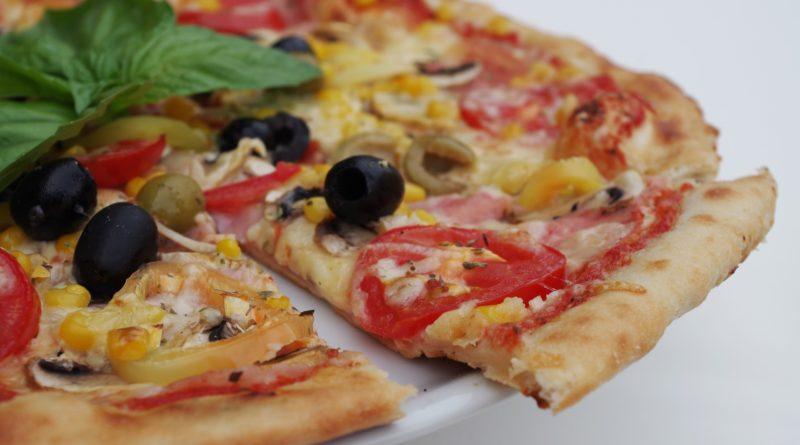 Pizza z wędliną i warzywami - przepis