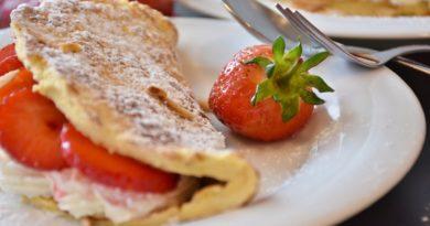 Omlet z truskawkami i bitą śmietaną