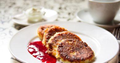 Serniczki z patelni z sosem truskawkowo-malinowym