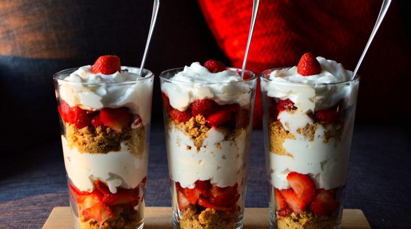 Deser z truskawkami, jogurtem i ciasteczkami