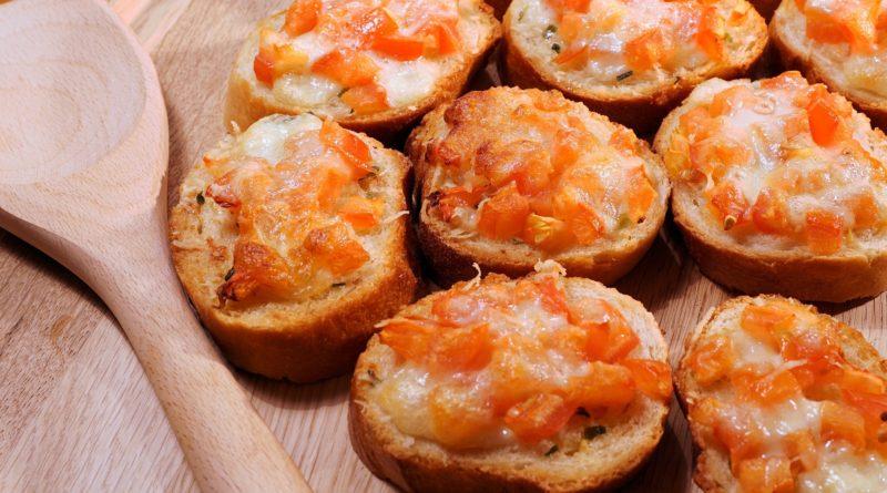 Grzanki z masłem ziołowym, pomidorami i mozzarellą